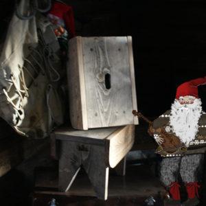 Håndlaget krakk fra Viken Ide og Viken Sag Hafjell, som er en kopi av den gamle fjøskrakken.